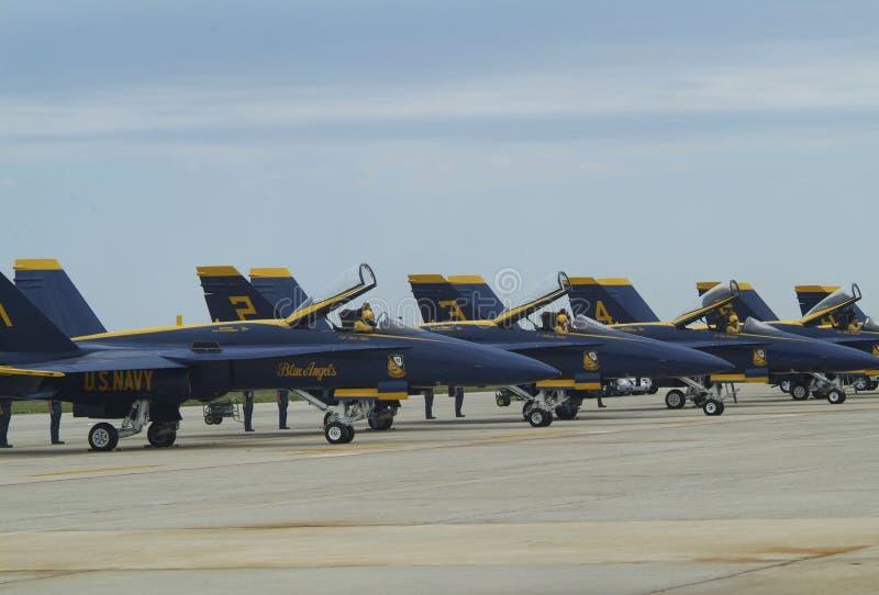 Пилоты голубых ангелов военно-морского флота Соединенных Штатов подготавливают начать их двигатели стоковая фотография rf