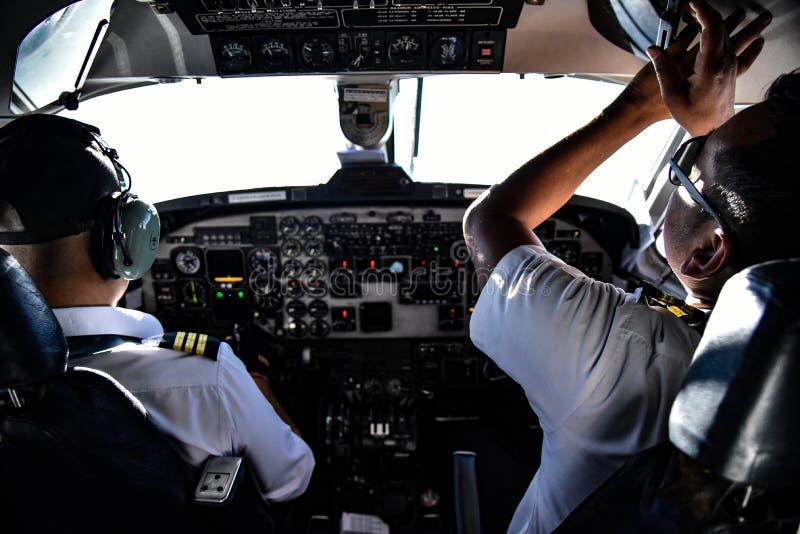 Пилоты Непала подготавливая для полета стоковое изображение