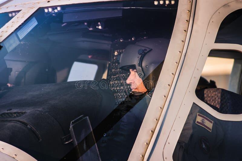 Пилот подготавливая вертолет стоковое фото