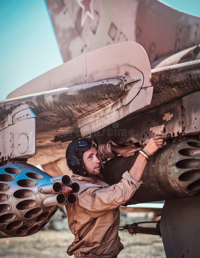Пилот ремонтирует винтажный реактивный бойца стоковое изображение