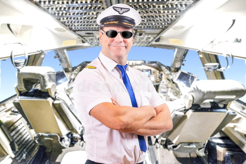 пилот с солнечными очками, предпосылка самолета арены стоковая фотография