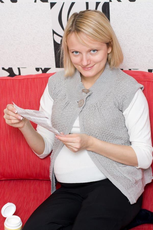пилюлька принимая женщину стоковые фото