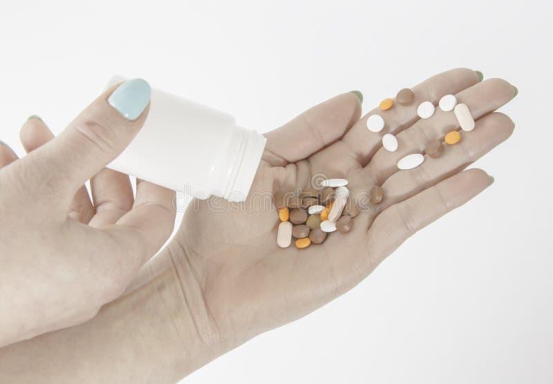 пилюльки и лекарства разливают от белого bottl лекарства стоковое изображение rf