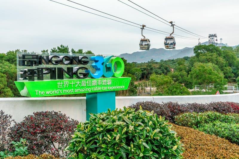 Пинг 360 Skyrail Ngong на острове Lantau в Гонконге миры большинств изумительный опыт фуникулера Большой знак на линии пути кабел стоковая фотография rf