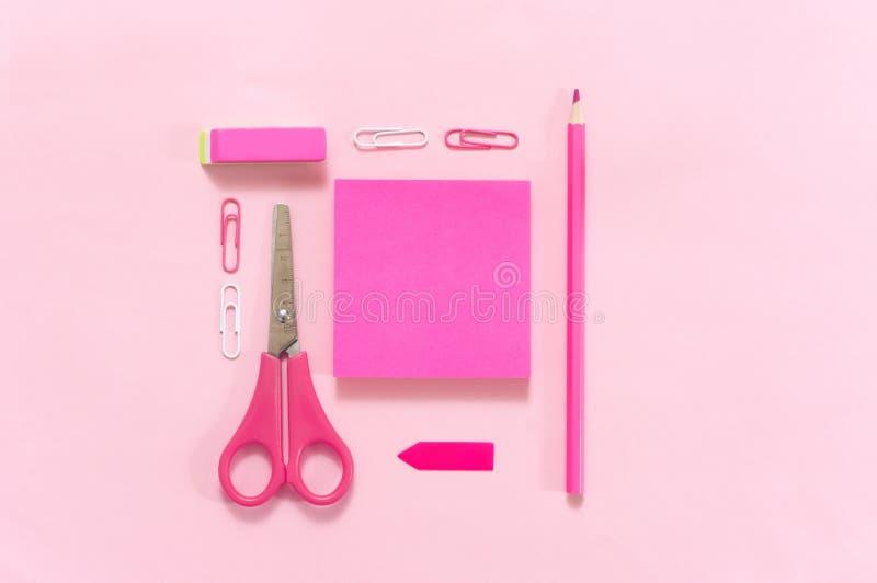 Пинк и пурпурный набор канцелярских принадлежностей стоковая фотография