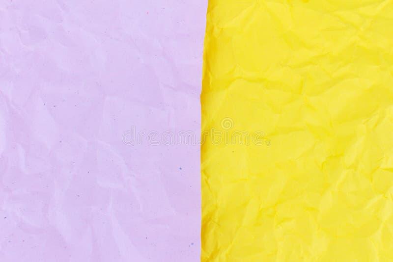 пинк и скомканная желтым цветом бумажная предпосылка текстуры стоковые изображения rf