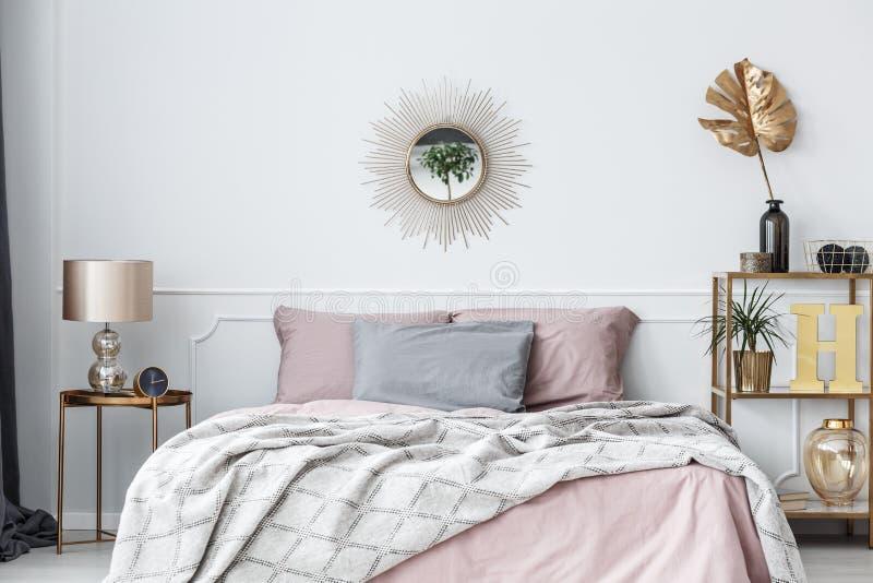 Пинк и спальня золота стоковая фотография rf
