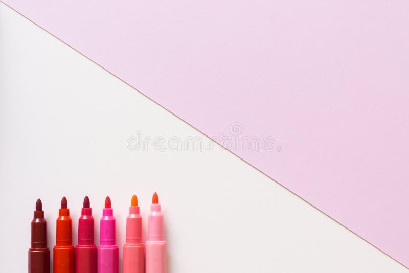 Пинк ручки на пастельной розовой предпосылке цвета стоковое изображение rf