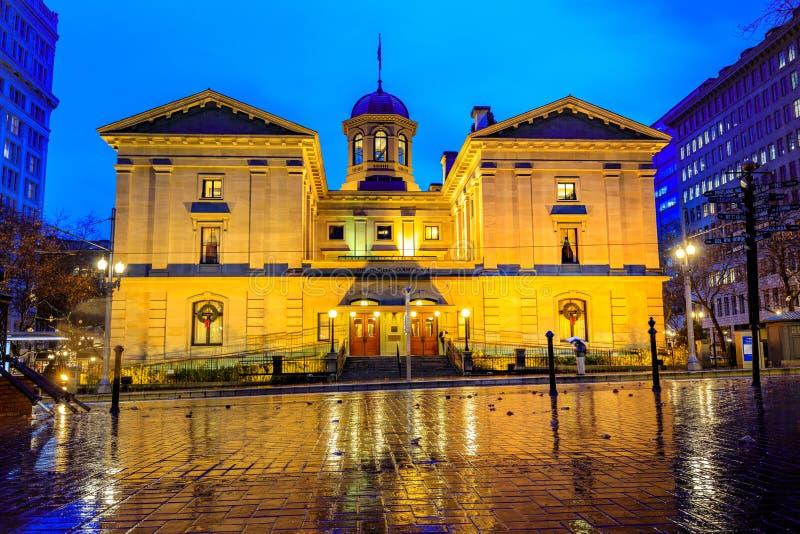 Пионерское здание суда на ноче ненастной зимы стоковые фотографии rf