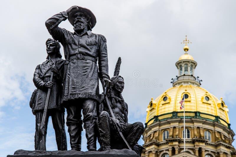 Пионеры статуи территории перед столицей государства Айовы стоковые фотографии rf