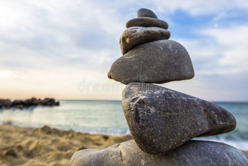 Пирамида из камней на море стоковое изображение rf