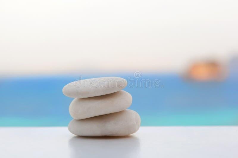 Пирамида из камней утеса на тропическом пляже стоковая фотография rf