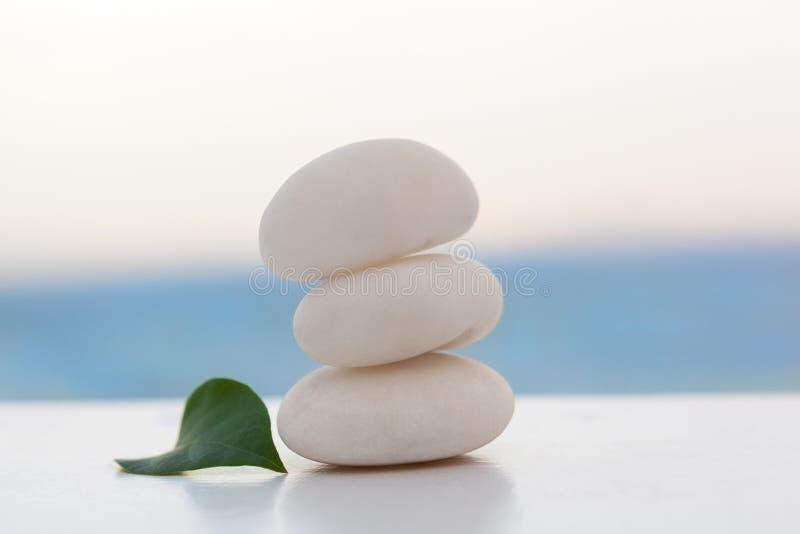 Пирамида из камней утеса на тропическом пляже стоковое изображение rf
