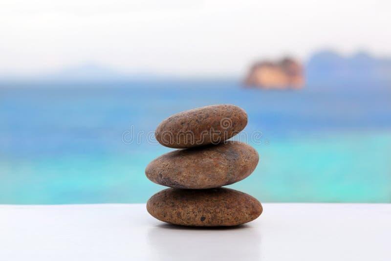 Пирамида из камней утеса на тропическом пляже стоковые изображения rf