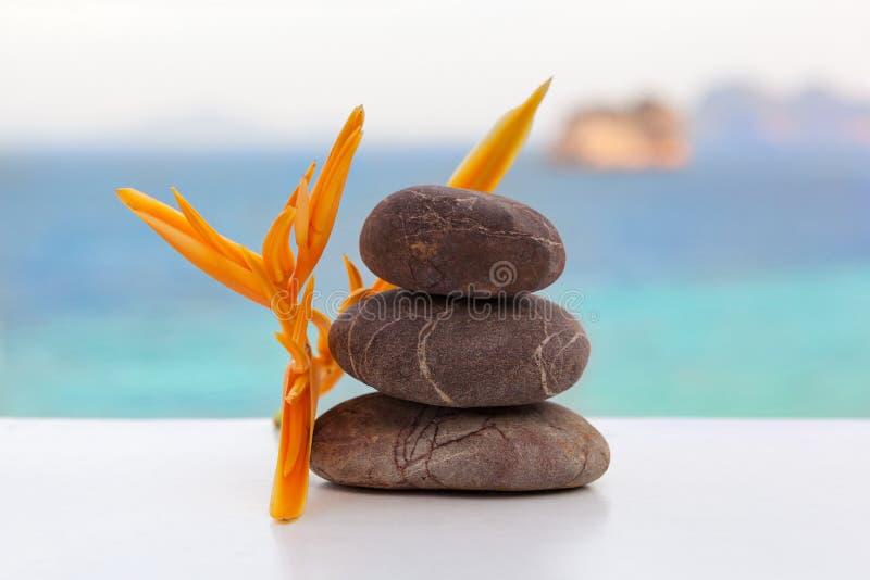 Пирамида из камней утеса на тропическом пляже стоковое изображение