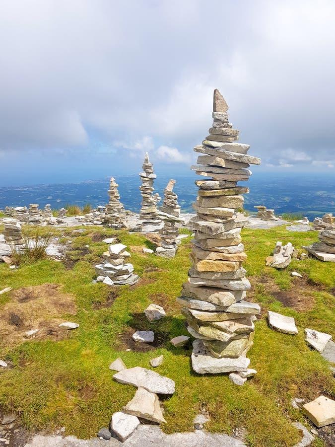 пирамида из камней ( Inukshuk rocks) вверху гора Rhune Ла в Атлантика Пиренеи Граница между Испанией и Францией стоковые изображения rf