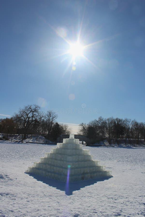 Пирамида из льда на замершем озере в солнечном свете стоковые фото