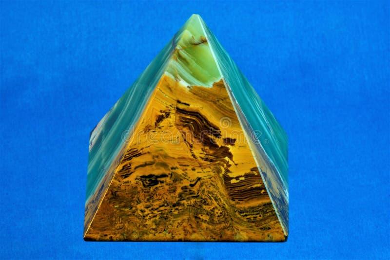 Пирамида камня оникса на голубой предпосылке стоковые фотографии rf