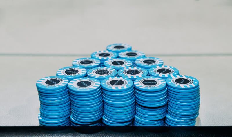 Пирамида состоя из куч голубых обломоков покера на таблице с космосом экземпляра стоковые фото