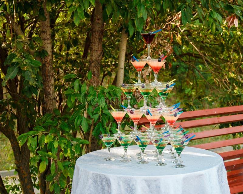 Пирамида спиртных коктейлей на торжестве свадьбы стоковая фотография rf