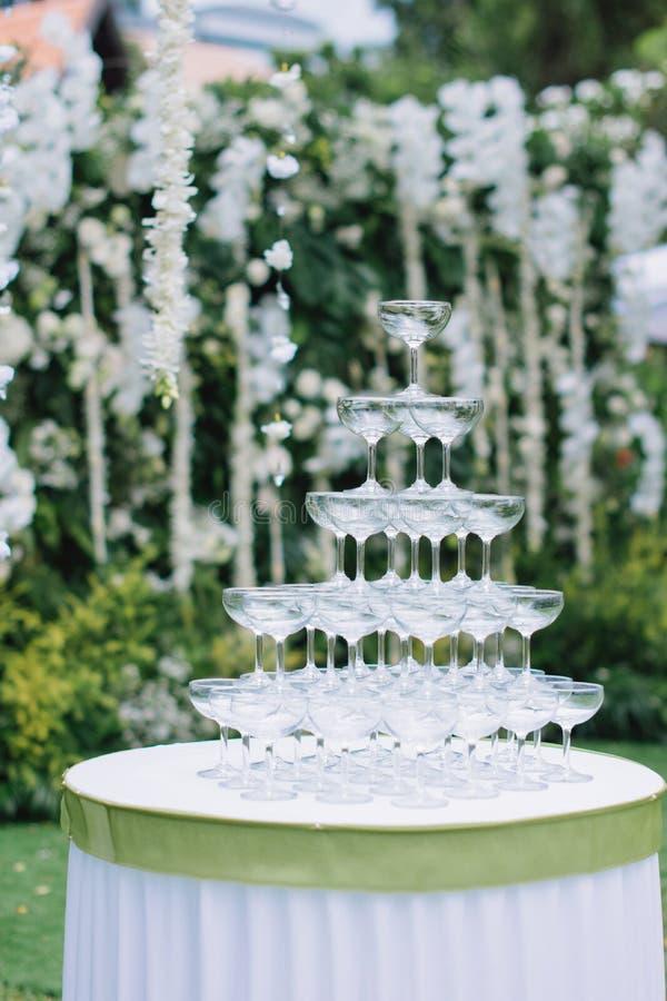 Пирамида стекла коктейля на таблице для свадебной церемонии или приема стоковая фотография rf