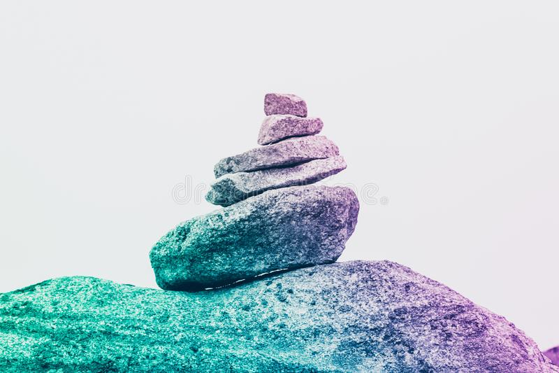 Пирамида сюрреалистических камней, концепция безмятежности, творческие способности и уникальность стоковые фотографии rf