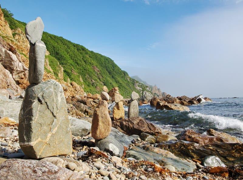 Пирамидки камней на утесистом свободном полете. стоковые фотографии rf