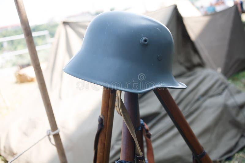 Пирамиды винтовок и шлемы, reenactment эры первого War†мира « стоковая фотография rf