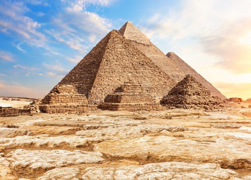 Пирамиды в песке и камнях, Гизе, Египте стоковые фотографии rf