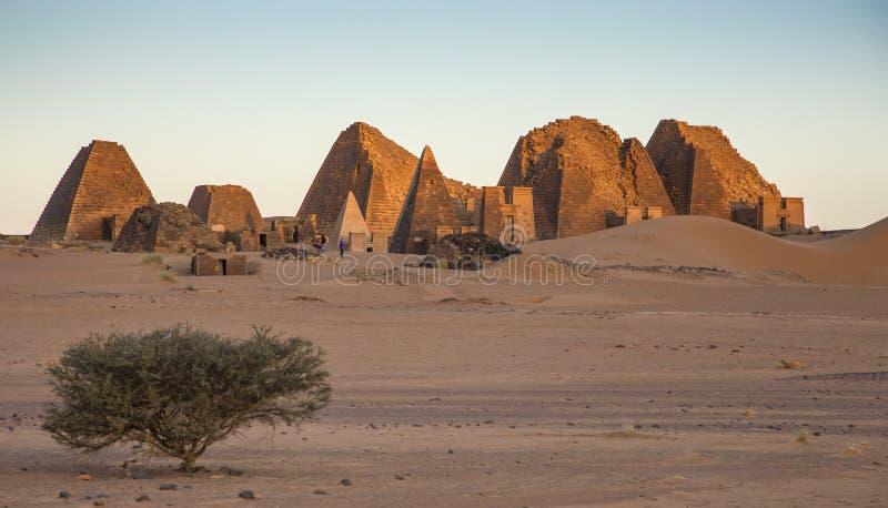 Пирамиды Meroe в пустыне в удаленном Судане стоковые изображения