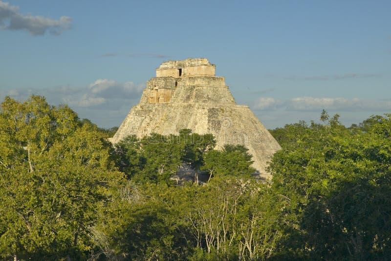 Пирамида волшебника, майяских руин и пирамиды Uxmal в полуострове Юкатан, Мексики на заходе солнца стоковые фото