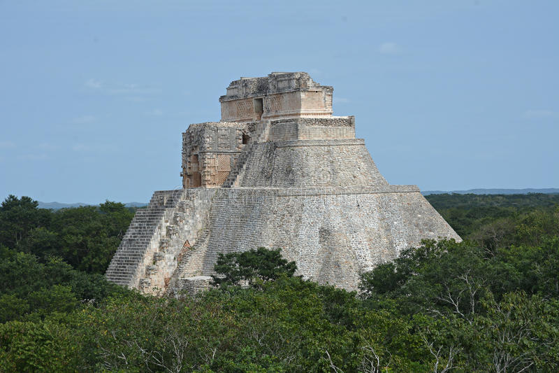 Пирамида волшебника, Uxmal, полуострова Юкатан, Мексики стоковое изображение rf
