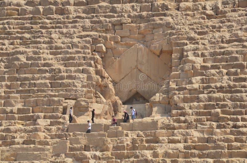Пирамида в пыли песка под серыми облаками стоковое фото