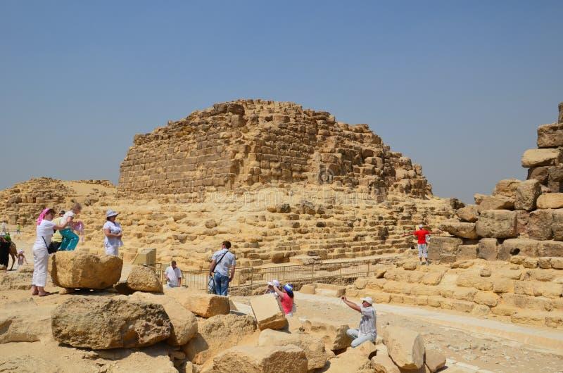 Пирамида в пыли песка под серыми облаками стоковое изображение