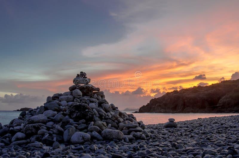 Пирамида из камней на свете пляжа утеса стоковое фото