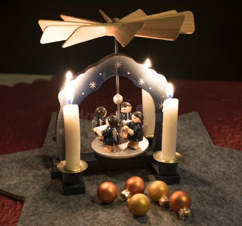 Пирамида рождества с шариками рождества стоковые изображения