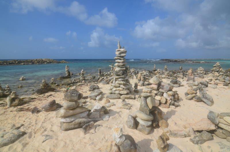 Пирамиды из камней утеса на пляже младенца в Аруба стоковые фото