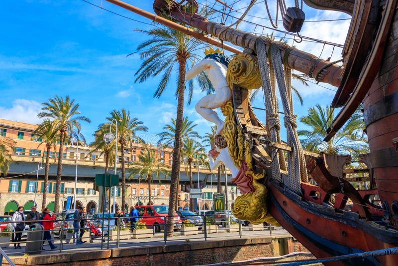 Пиратский корабль от пиратов фильма сразу римским Polanski в гавани, Генуе, Италии стоковые фотографии rf