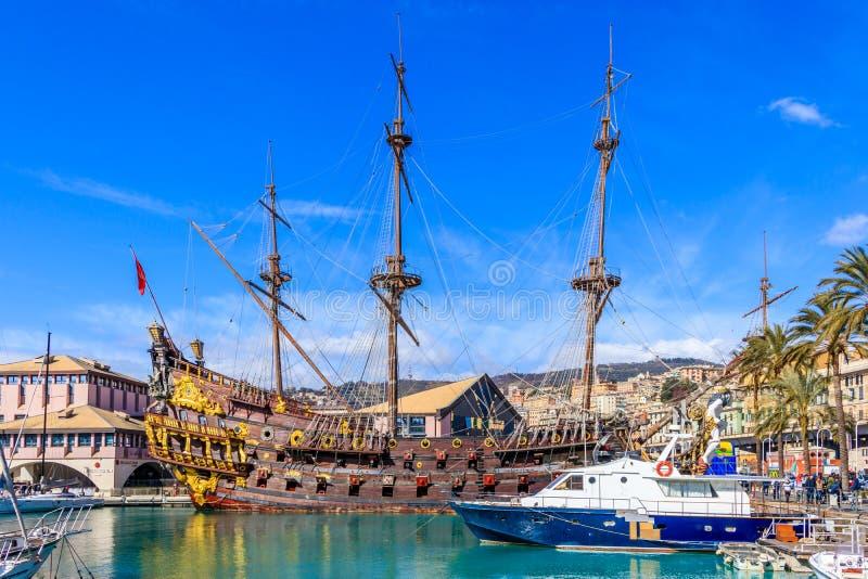 Пиратский корабль от пиратов фильма сразу римским Polanski в гавани Порту Antico, Генуе, Италии стоковое изображение rf
