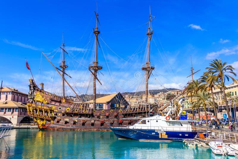 Пиратский корабль построенный для римских пиратов фильма Polanski теперь состыкованных на порте в Генуе стоковое фото rf
