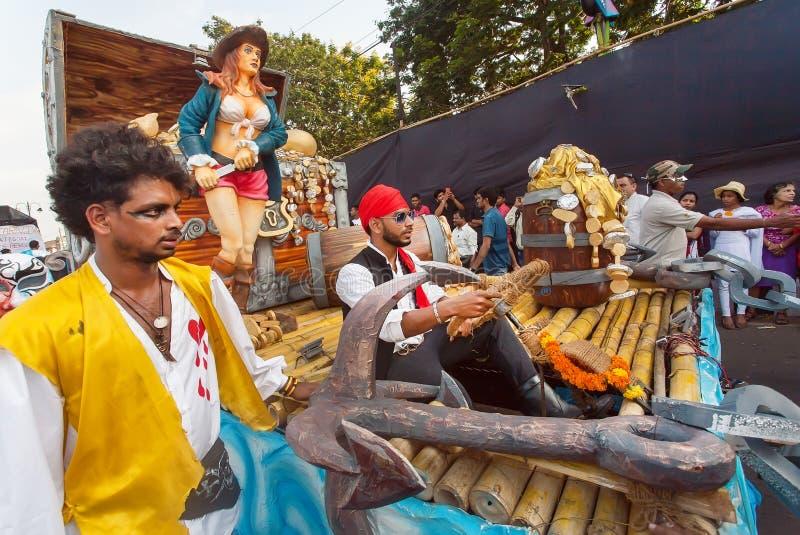 Пираты Вест-Инди и другие актеры имея потеху на традиционной масленице Goa стоковые изображения rf