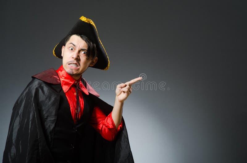 Пират человека против темной предпосылки стоковое фото rf