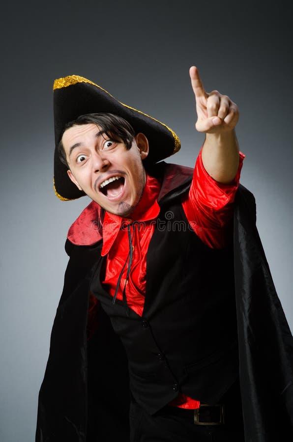 Пират человека против темной предпосылки стоковые фотографии rf