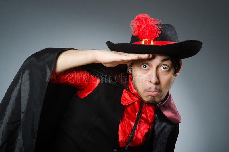Пират человека против темной предпосылки стоковое фото