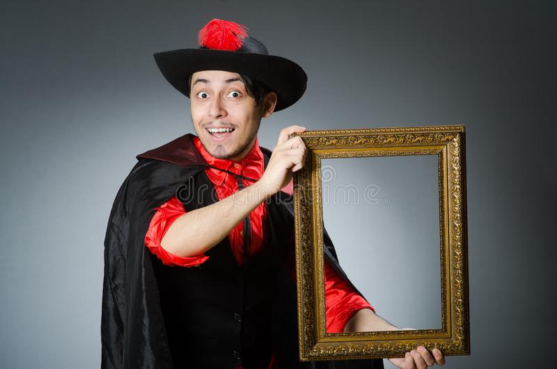 Пират человека против темной предпосылки стоковые изображения