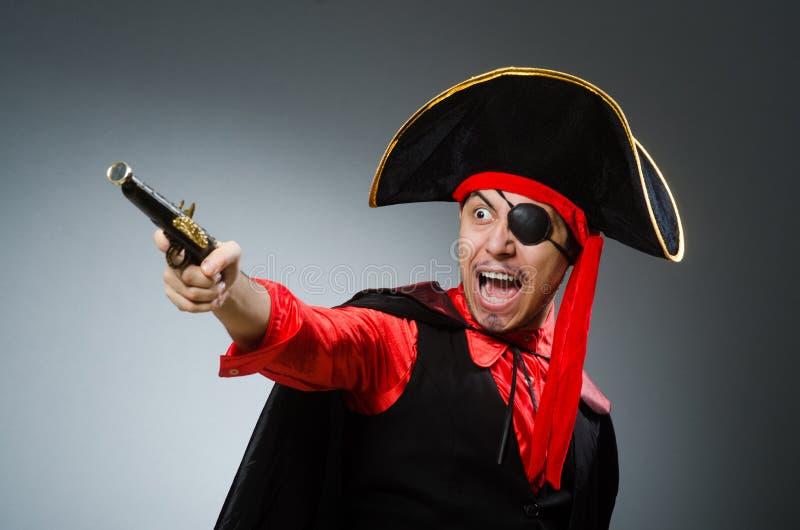 Пират человека против темной предпосылки стоковые фото