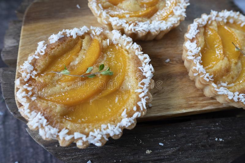 пироги заварного крема с персиком стоковая фотография