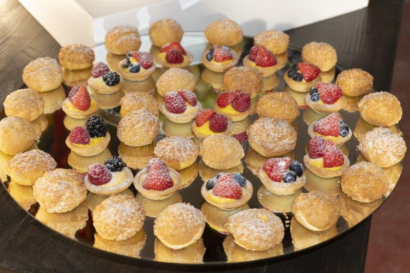 Пироги & слойки ягоды заварного крема стоковое фото rf