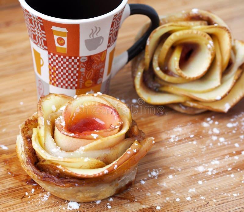 Пироги яблока †домашней кухни «в форме Роза стоковая фотография rf