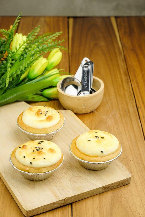 Пироги яичка на деревянном стоковое изображение